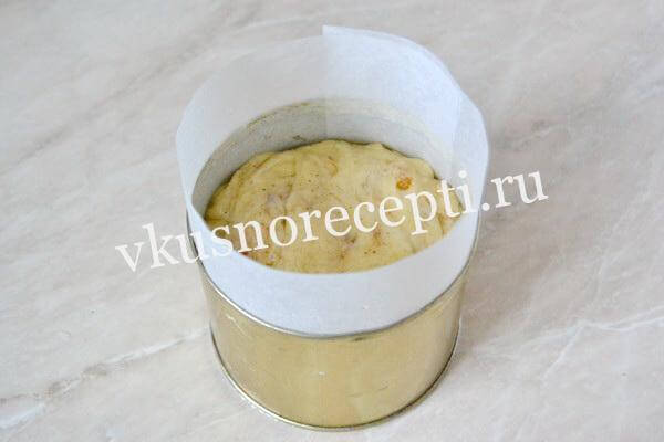 Пасхальный кулич с изюмом из дрожжевого теста в форме