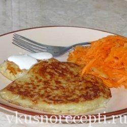 Картофельные драники с салатом из моркови