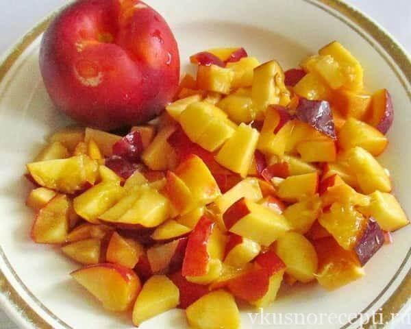 Творожная запеканка со свежими персиками в мультиварке