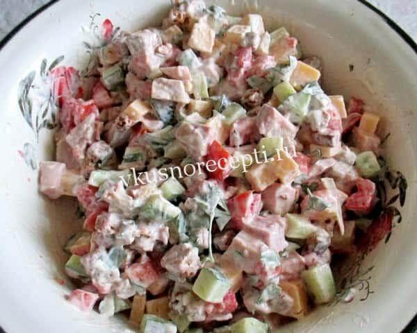 Праздничный салат с курицей и сухариками