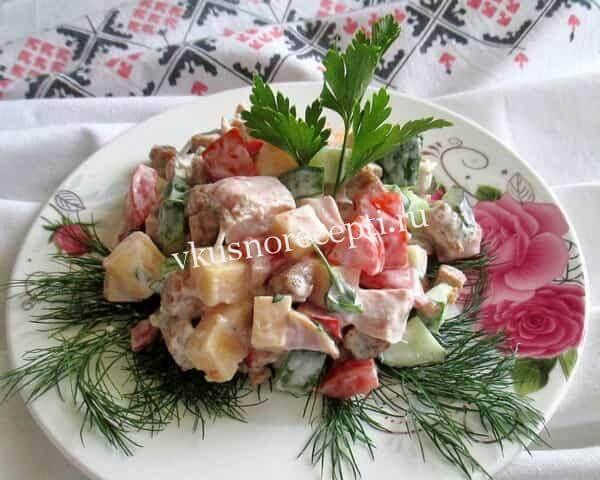 Праздничный салат с копченой курицей и сухариками кириешки