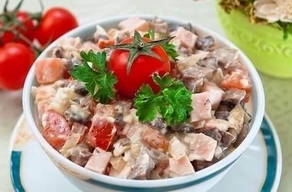 Салат с ветчиной грибами и помидорами