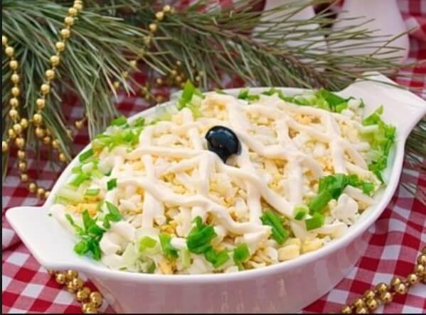 Новогодний салат с кальмарами и сыром