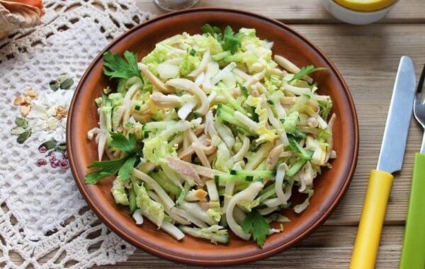Новогодний салат с капустой и кальмарами